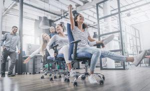 עובדים שמחים על כסאות משרדיים